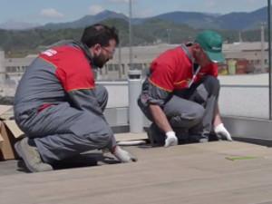 Come posare il pavimento in gres porcellanato su piedini regolabili