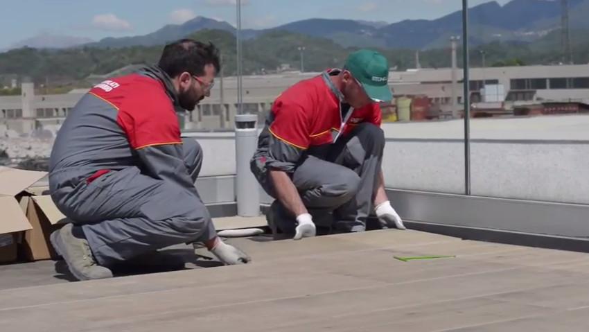 Come posare il pavimento su piedini regolabili