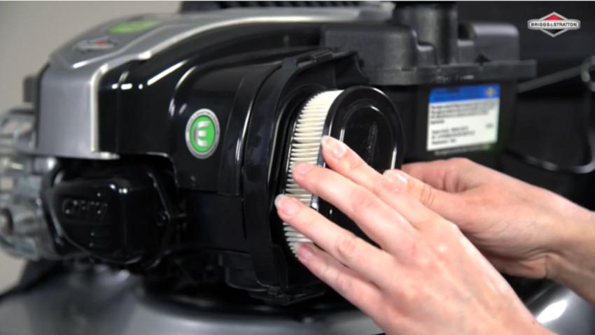 Come cambiare il filtro dell'aria del tagliaerba
